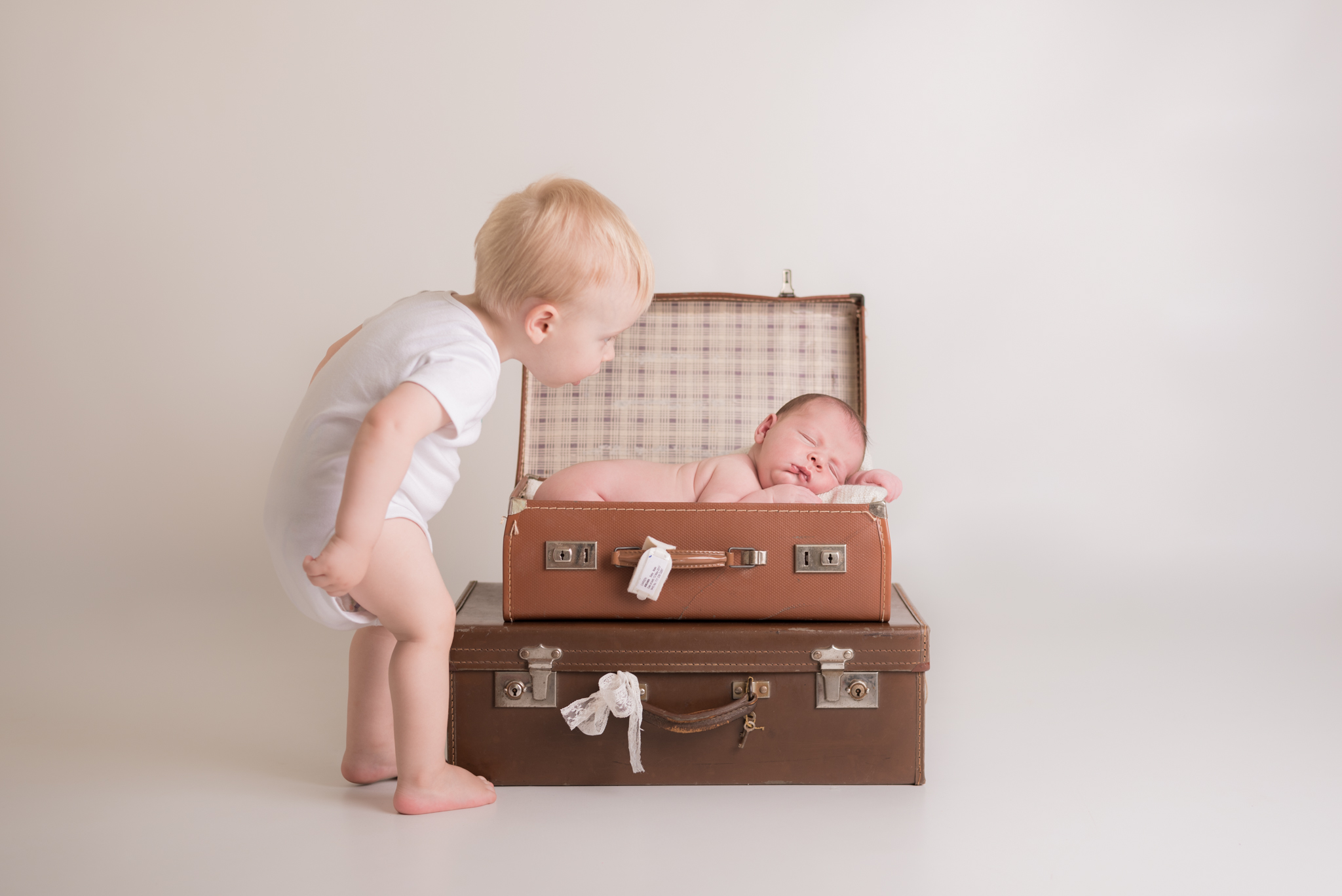 newborn-photos-prepare-siblings